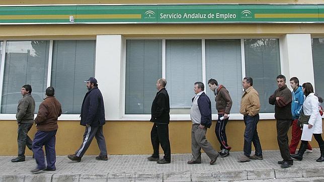 Colas en una oficina de empleo de Cádiz