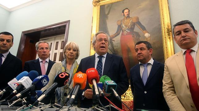 El presidente de SEPI, Ramón Aguirre, durante su visita a Cádiz en mayo de 2014 para confirmar el quinto gasero.