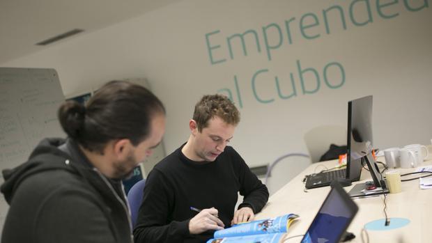 Emprendedores trabajando en El Cubo