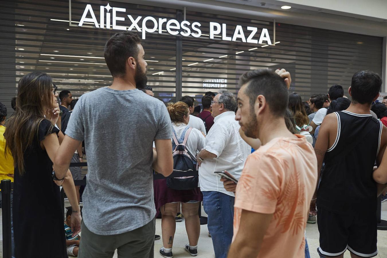 Varias decenas de personas esperan a las puertas la apertura de la tienda de AliExpress en Madrid