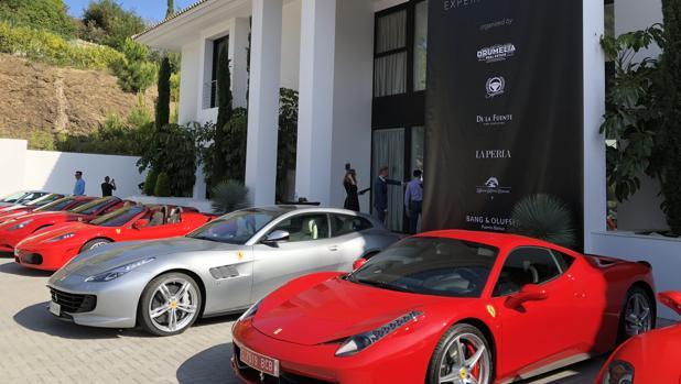Más de 30 Ferrari fueron aparcados a la entrada de la mansión de 15 millones de euros