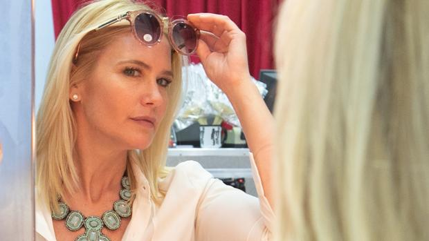 Valeria Mazza en un tocador de la tienda de Starlite con una de las gafas de su colección