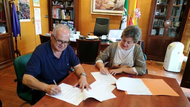 Francisco Parra, de Cruz Roja, e Inmaculada Olea, alcaldesa de Guadix, han firmado el convenio.