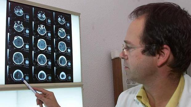 Un médico observa unas pruebas