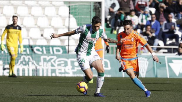 Expósito conduce ante Iza en una acción del Córdoba CF-Rayo Majadahonda de este domingo