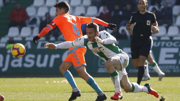 El cordobesista Piovaccari disputa un balón en el último partido de la primera vuelta
