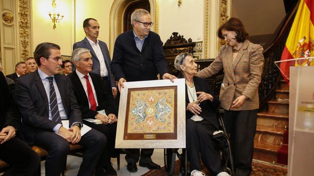 Carmen Calvo entrega el galardón a María Escribano