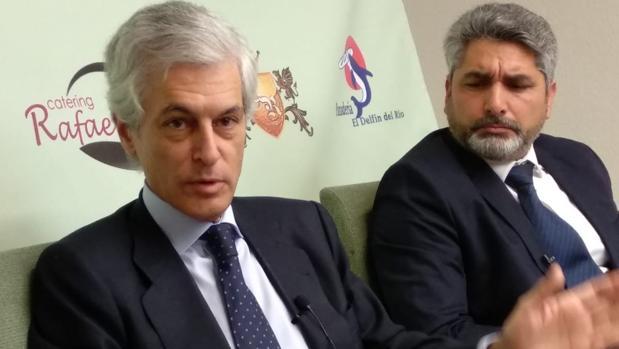 Adolfo Suáre z Illana y Juan José Cortes, ante los medios en Huelva