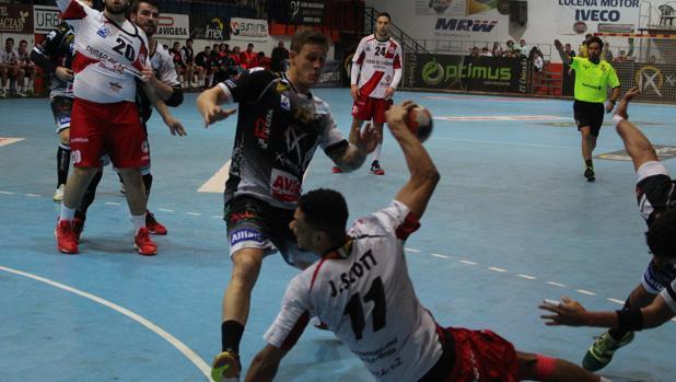 El jugador del Ximénez Juan Castro defiende una acción a Scott, del Logroño La Rioja