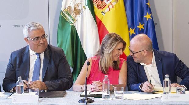 Susana Díaz charla con José Luis Heredia (CSIF) en la firma del acuerdo con los sindicatos en 2018