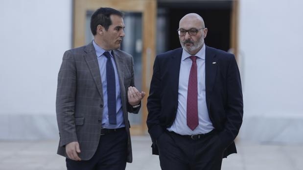 El portavoz parlamentario del PP, José Antonio Nieto (i), conversa con el portavoz de Vox, Alejandro Hernández