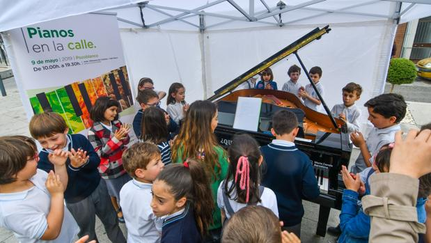 Escolares con uno de los pianos dispuestos en las calles de Pozoblanco