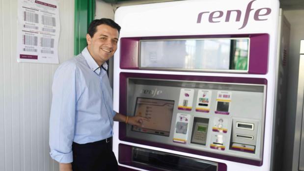 El acaldable del PP, ayer sacando su billete para el Cercanías en la parada de Alcolea