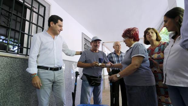 Visita de Juan Manuel Moreno, hoy presidente de la Junta, a la zona de edificios de la Fuensanta