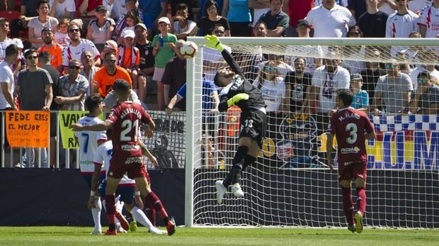 Carlos Abad, el mejor del partido, hace un paradón en una acción del Rayo Majadahonda-Córdoba CF