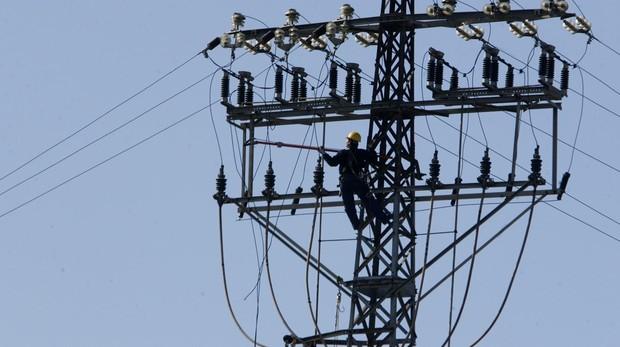 Operario trabaja sobre un cableado eléctrico