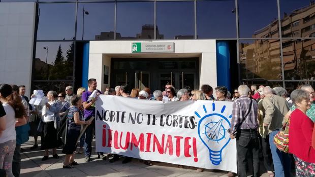 Vecinos de la zona Norte, este jueves frente a los juzgados de Granada.