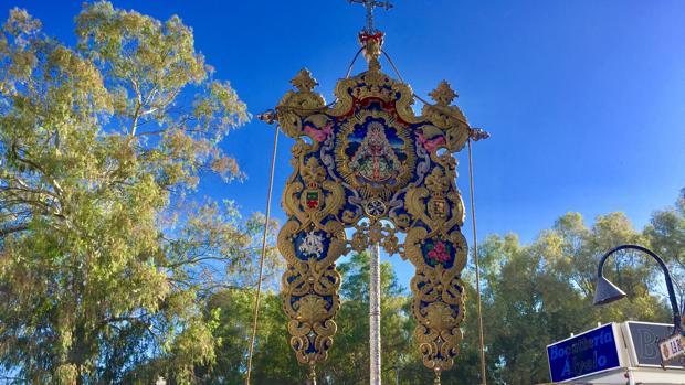 El Simpecado de la hermandad del Rocío de Cabra se dirige hacia la misa pontifical en la aldea
