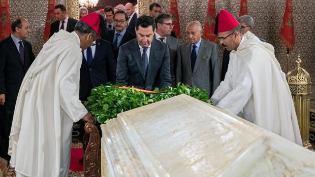 El presidente de la Junta, Juanma Moreno (c), durante el acto de la ofrenda floral en el Mausoleo