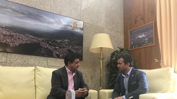 El alcalde, Julio Millán, a la derecha, durante su visita con el presidente de la Diputación, Francisco Reyes