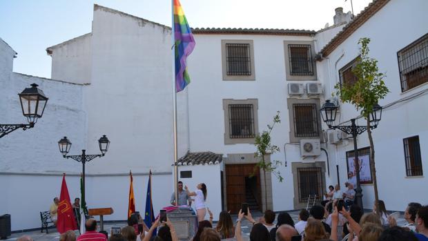 Izado de la bandera arco iris en la plaza de la Diversidad
