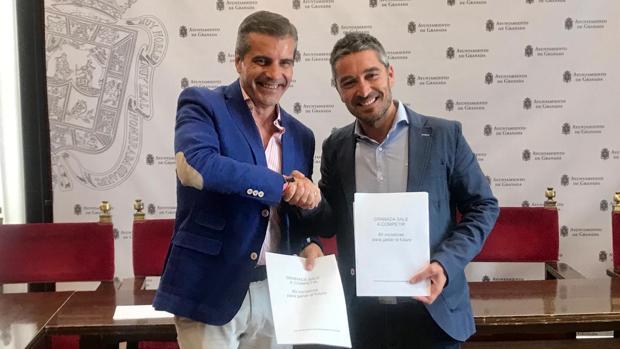 El portavoz del PP, César Díaz, estrecha la mano de Manuel Olivares, portavoz de Cs en Granada.