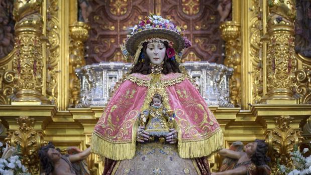 La Virgen del Rocío con sus galas de Pastora