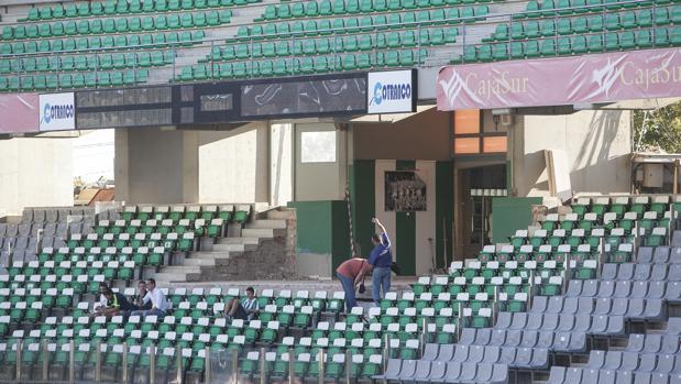 El palco del Estadio Arcángel vacío