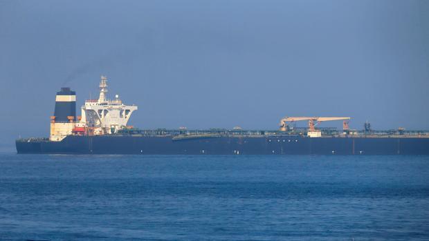 Imagen del petrolero «Grace 1» fondeado en aguas próximas a Gibraltar