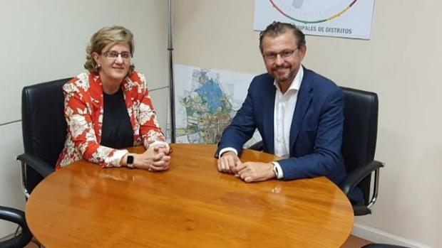 La directora regional de Carrefour y el edil de Infraestructuras durate la reunión que mantuvieron