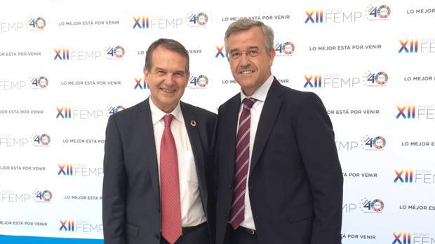 García Urbano junto a Abel Caballero, presidente de la FEMP y alcalde de Vigo