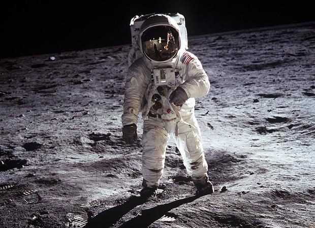 Buzz Aldrin posa sobre la superficie de la Luna durante la misión Apolo 11