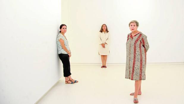Elvira González (a la derecha) con sus hijas, Isabel y Elvira Mignoni, en su nueva galería madrileña