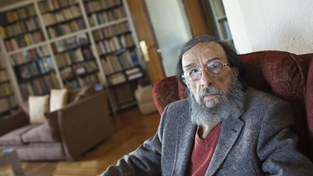 El escritor Juan Eduardo Zúñiga, fotografiado en su domicilio