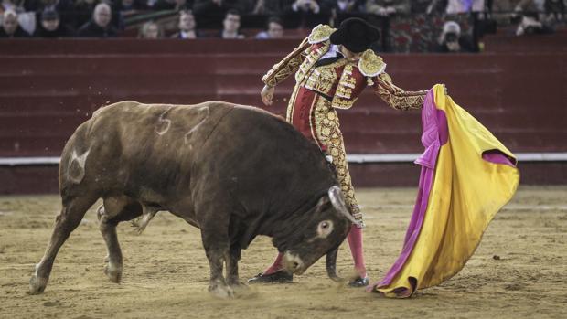 Andrés Roca Rey desató un clamor en el quite al último toro