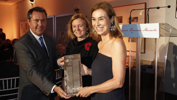 Carmen Posadas recibe el premio Romero Murube