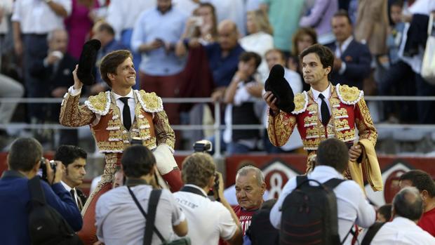 El Juli y Juan del Álamo salen a hombros