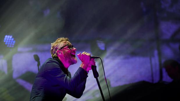 Matt Berninger, cantante de The National, anoche durante la actuación de la banda en Barcelona
