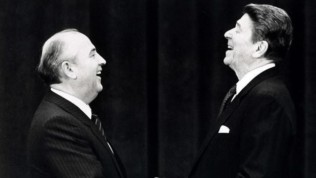 Gorvachov y Reagan se miran y ríen