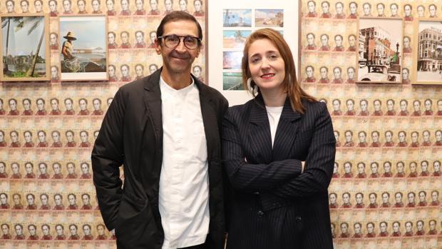 José Luis de la Fuente, galerista de JosédelaFuente, junto a María Gracia de Pedro