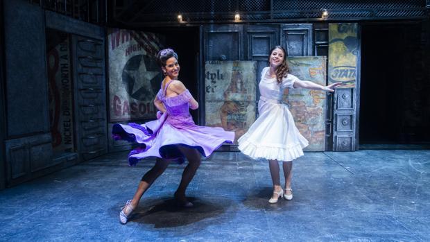 Silvia Álvarez y Talía del Val, en el escenario del Teatro Calderón, donde se representa «West Side Story»