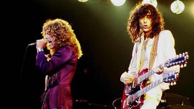 Jimmy Page, con su famosa guitarra de doble mástil, junto a Robert Plant durante un concierto en Chicago (1977)