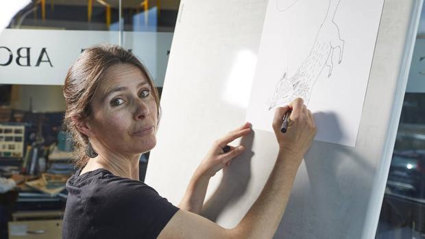Mar Ferrero, haciendo un dibujo en la redacción de ABC