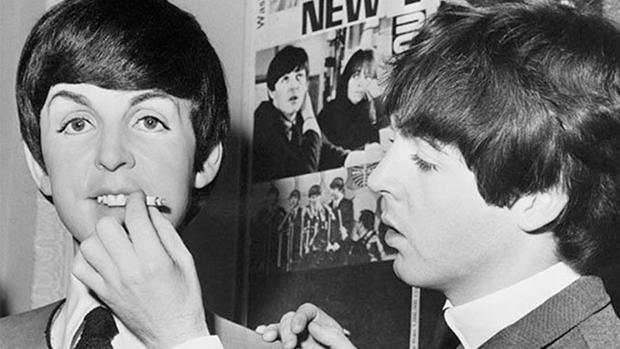 McCartney, dando de fumar a su muñeco de cera