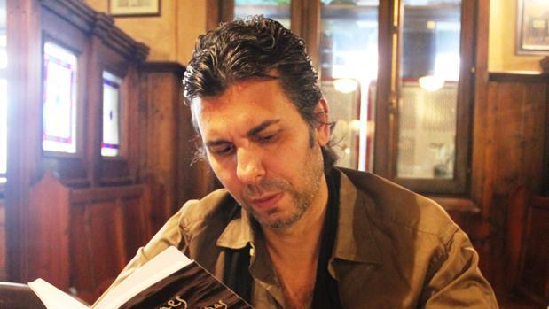 El escritor Jesús Soto de Paula con el libro dedicado a Curro Romero