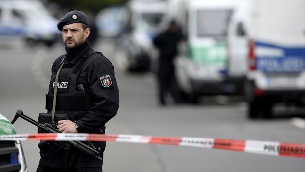 Un policía monta guardia este miércoles en los alrededores del Hotel L'arrivee en Dortmund