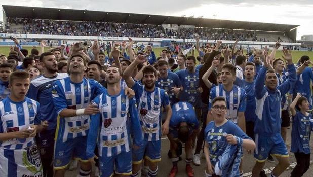Los jugadores de la Arandina celebran la clasificación para la segunda eliminatoria