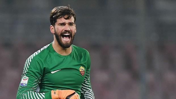 Alisson Becker en un partido con la Roma