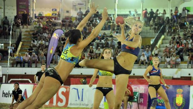 Jugadoras disputando la final del Arena 1000 de Antequera Playa