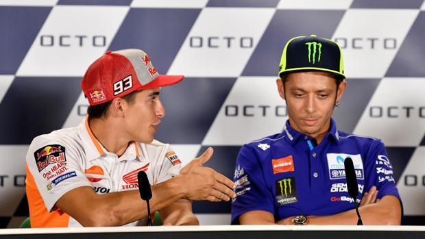Márquez tiende la mano a Rossi, que le niega el gesto